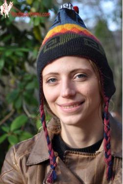 Bonnet péruvien double face noir et rouge.