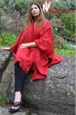 Manteau Cape en laine d'alpaga  de couleur rouge.