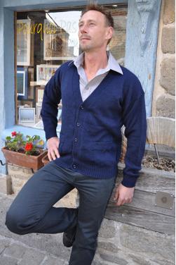 Gilet bleu marine en laine d'alpaga.