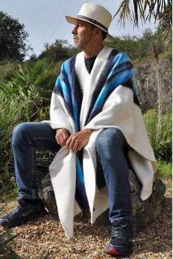 Poncho blanc des Andes en laine d'alpaga. C'est une pièce unique