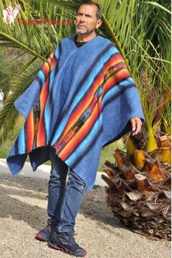 Poncho du Pérou en laine d'alpaga bleu céleste, c'est une pièce unique
