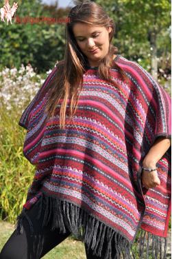 Poncho péruvien femme aux dimensions amples et confortables.