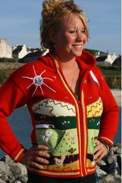Veste adulte de couleur rouge avec des motifs fait main.