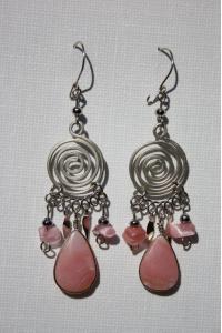Boucles d'oreilles avec du quartz rose.